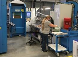 Firma vyrábějící razítka jede dál, zaměstnankyně ušily roušky