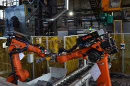 Lidé už nemusí ručně manipulovat s 30 kilogramů těžkými spojkami, pomohly jim roboty