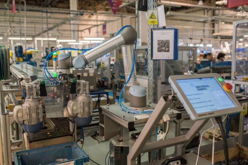 Výrobce dveřních systémů sází na kolaborativní roboty