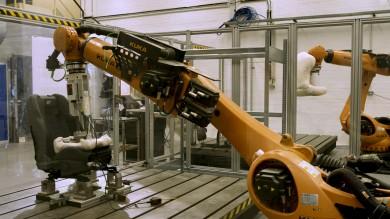 Robotické pozadí testuje sedadla automobilů