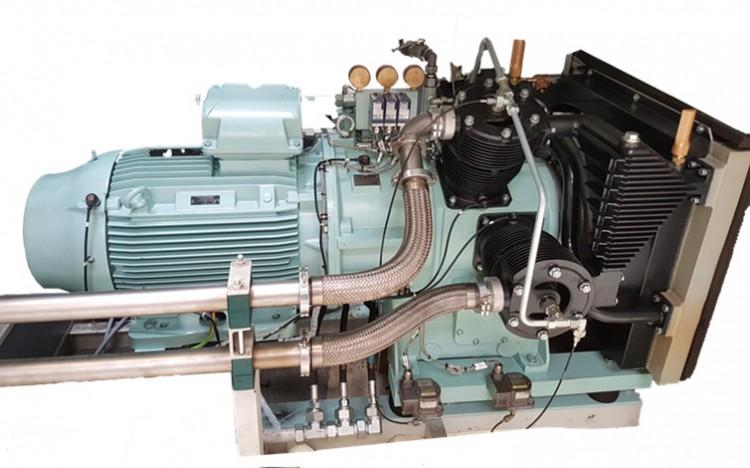 Obr. 1 Válcový pístový kompresor J.P. Sauer&Sohn model WP 318L, na kterém jsou vidìt èidla instalovaná na elektromotoru a pístech èerpadla.