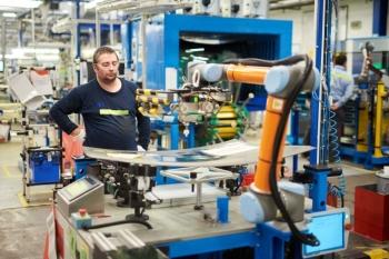Výroba autoskel s lidmi i koboty