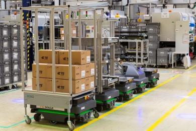 Šest robotů MiR200 přepravuje suroviny a hotové výrobky v Ostřihomi