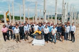 Zástupci společnosti Stäubli poklepali základní kámen nového sídla v Pardubicích