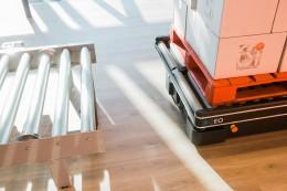 CSi palletising aMobile Industrial Robots plně automatizují přepravu materiálu